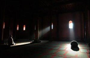 Cami'de İbadet Eden İnsan